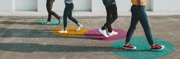 Jonge volwassenen die smartphones gebruiken terwijl ze buiten lopen