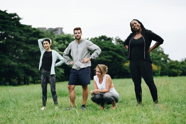 Jonge volwassenen in het park klaar voor ochtendoefening