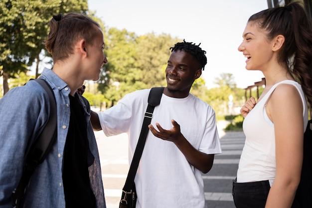 Jonge volwassenen ontmoeten elkaar om te studeren