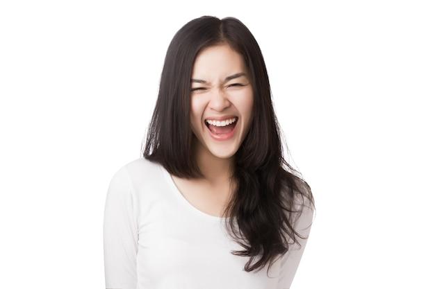 Jonge vriendelijke aziatische vrouw met smileygezicht op wit wordt geïsoleerd.