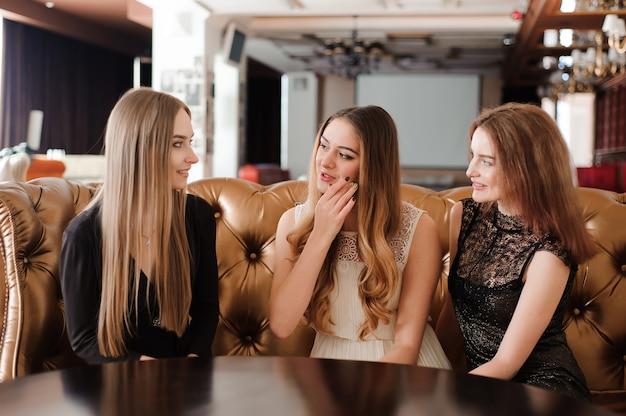 Jonge vrienden bespreken en lachen in een café