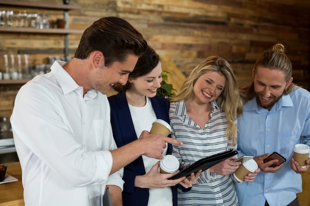Jonge vrienden bespreken over digitale tablet