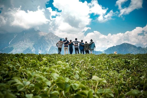 Jonge vrienden bovenop een berg genieten van het betoverende uitzicht