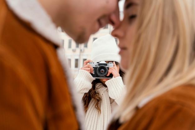 Jonge vrienden buiten fotograferen