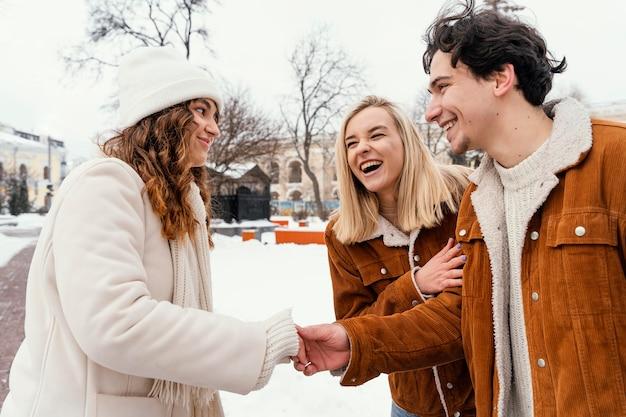 Jonge vrienden buiten genieten van tijd samen