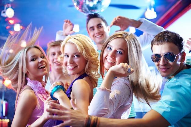Jonge vrienden dansen