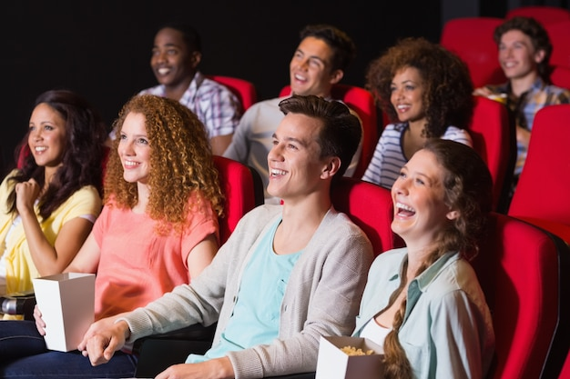 Jonge vrienden die een film bekijken