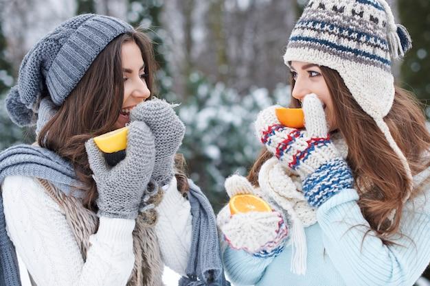 Jonge vrienden die een sinaasappel eten