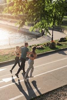 Jonge vrienden die in het park lopen