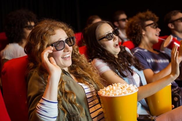 Jonge vrienden die op een 3d film letten