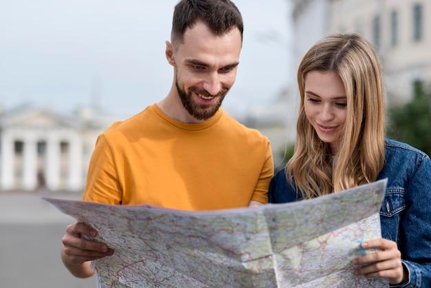 Jonge vrienden die op een kaart kijken