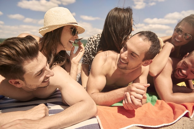 Jonge vrienden die plezier hebben aan het meer