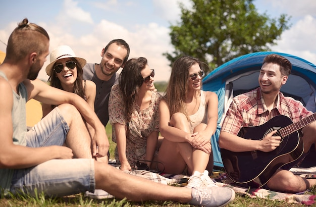 Jonge vrienden die plezier hebben in het kamp