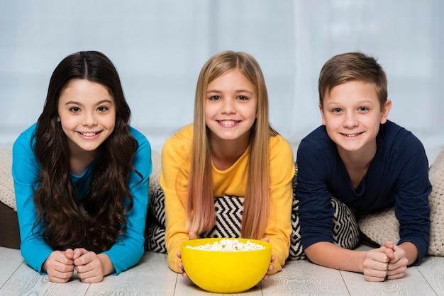 Jonge vrienden die popcorn eten