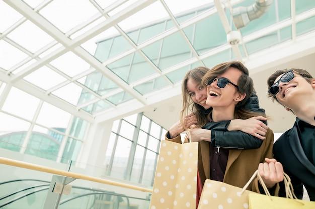 Jonge vrienden die pret op winkelcomplex hebben