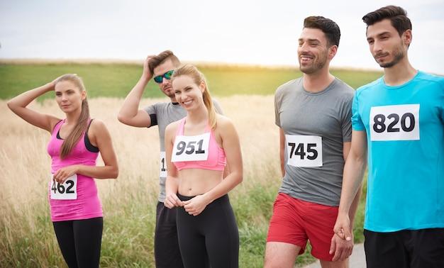 Jonge vrienden die tijdens een marathon lopen