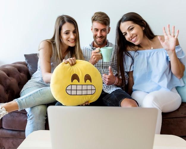 Jonge vrienden die van nieuwe technologieën genieten