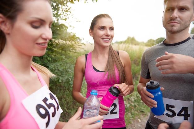 Jonge vrienden die zich klaarmaken voor een marathon