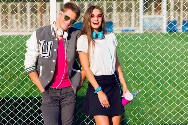 Jonge vrienden grappige jongens actieve mensen hebben plezier samen, meisje en jongen zomer stedelijke casual stijl.