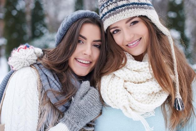 Jonge vrienden in de winter