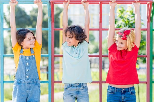 Jonge vrienden in het park spelen