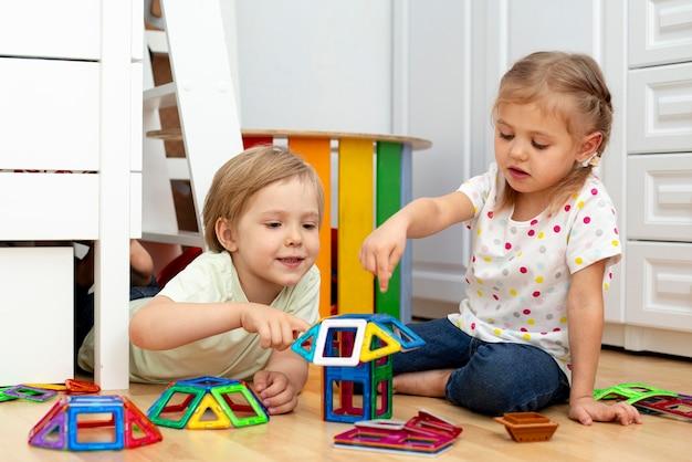 Jonge vrienden indoor spelen
