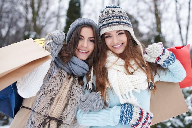 Jonge vrienden met boodschappentassen in de winter