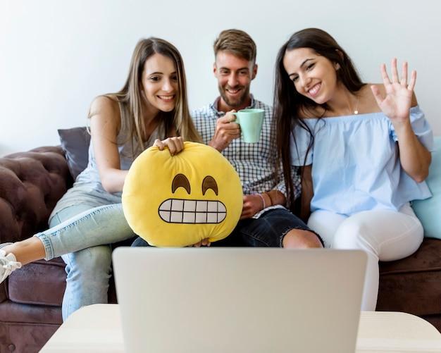 Jonge vrienden met een videoconferentie