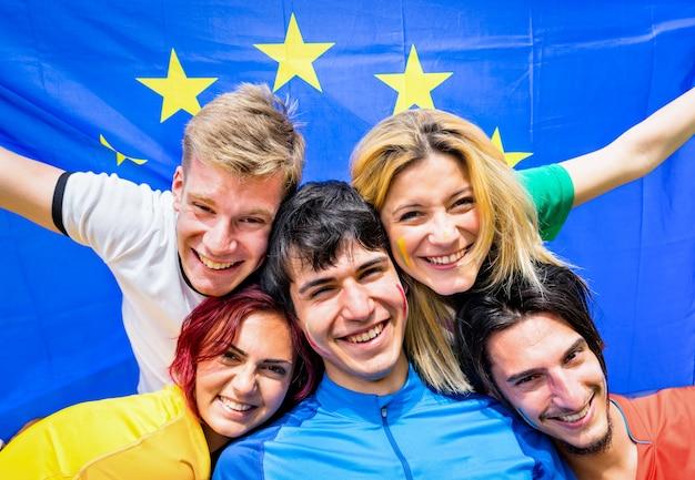 Jonge vrienden met europese vlag