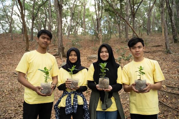 Jonge vrienden met nieuwe bomen