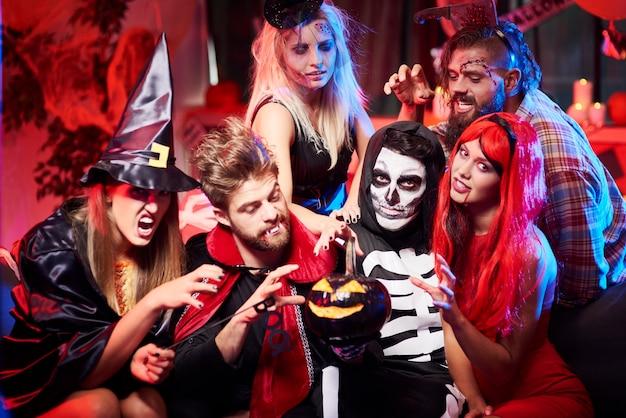 Jonge vrienden met plezier op halloween-feest