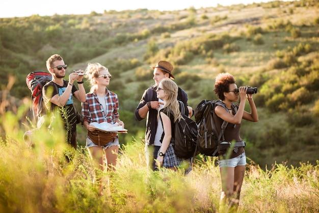 Jonge vrienden met rugzakken genieten van uitzicht, reizen in de canyon