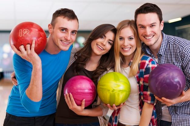 Jonge vrienden op de bowlingbaan