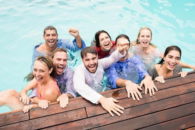 Jonge vrienden plezier in zwembad