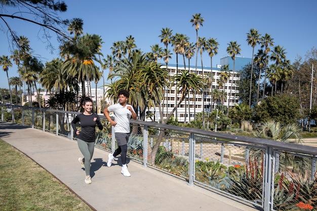 Jonge vrienden samen joggen