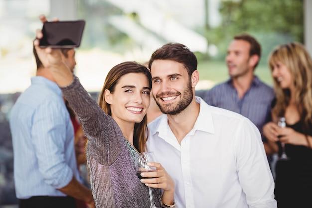 Jonge vrienden selfie te nemen op het feest