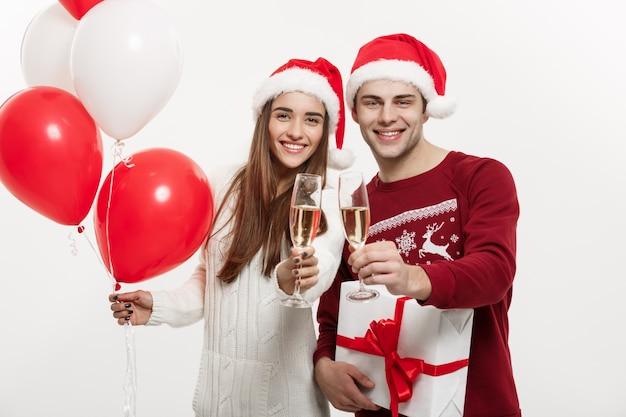 Jonge vriendin houden ballon en champagne spelen en vieren met haar vriendje