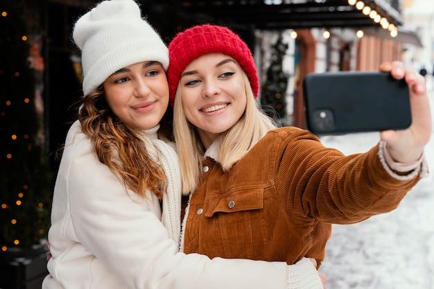 Jonge vriendinnen die foto's maken