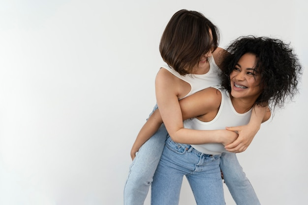Jonge vriendinnen genieten van de tijd samen met een ritje op de rug