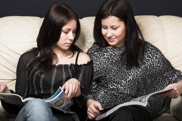 Jonge vriendinnen lezen tijdschrift