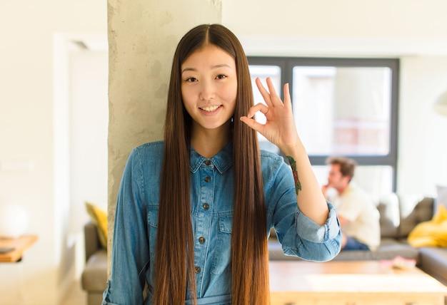 Jonge vrij aziatische vrouw die gelukkig voelt