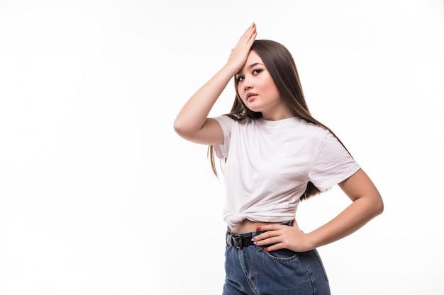 Jonge vrij aziatische vrouw die iets vergeet, voorhoofd mept met palm en ogen sluit