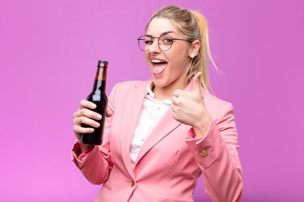 Jonge vrij blonde vrouw die een bier heeft