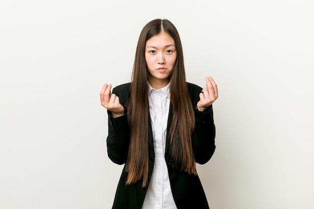 Jonge vrij chinese bedrijfsvrouw die aantoont dat zij geen geld heeft.