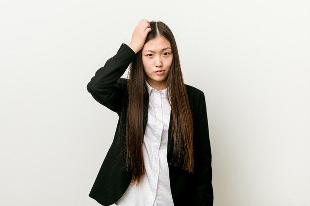 Jonge vrij chinese bedrijfsvrouw die wordt geschokt, heeft zij belangrijke vergadering herinnerd.