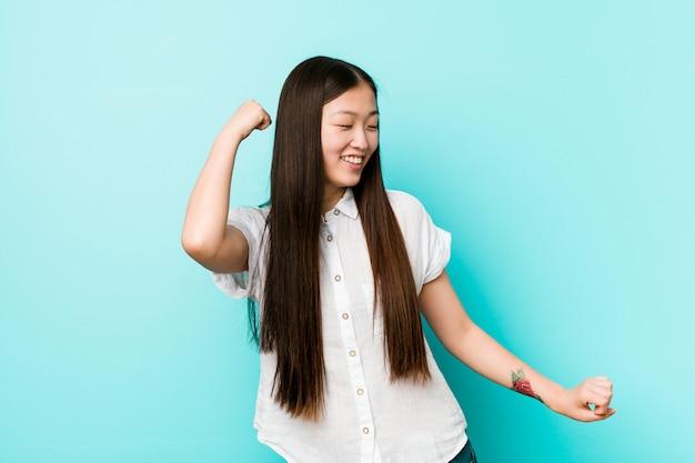 Jonge vrij chinese vrouw die en pret danst heeft
