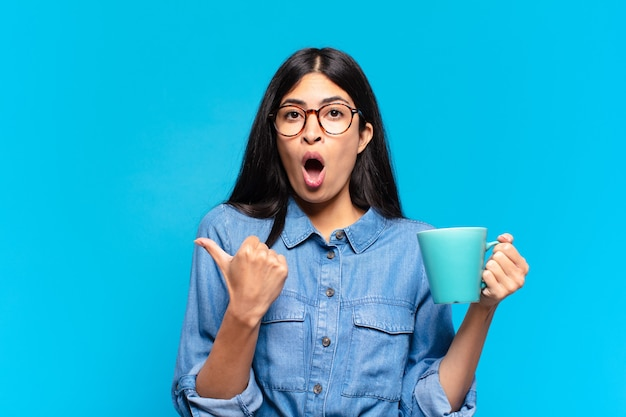 Jonge vrij spaanse vrouw die een koffie heeft