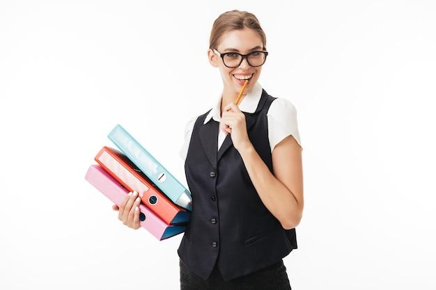 Jonge vrolijke vrouw in zwart vest en bril gelukkig