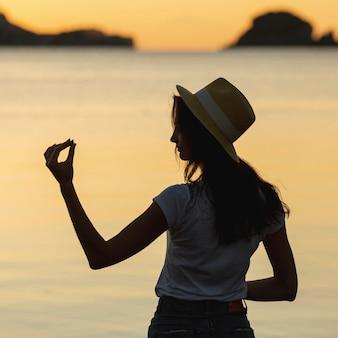 Jonge vrouw aan de oever van een meer
