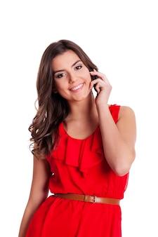 Jonge vrouw aan de telefoon
